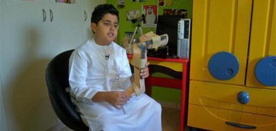 طفل إمارتي يخترع جهازا يساعد والده المصاب بشلل الأطفال