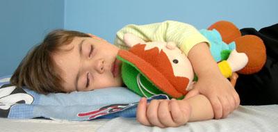 عوامل جينية وبيئية تؤثر في نمط نوم الأطفال