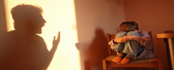 التوبيخ والصراخ على الأطفال يسبب الكآبة