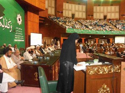 آسية عارف تلقي كلمتها باللغة العربية في مؤتمر وحدة الأمة الإسلامية عقدت في صالة المؤتمرات بإسلام آباد في 11/11/12.
