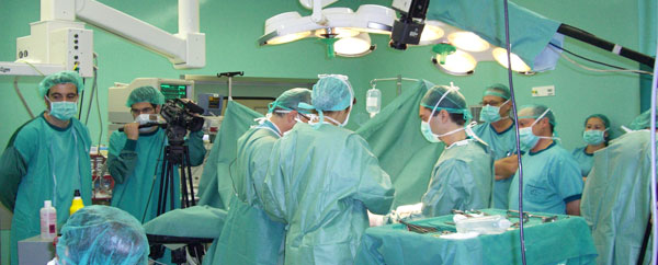 جراحة نادرة لجنين في رحم أمه