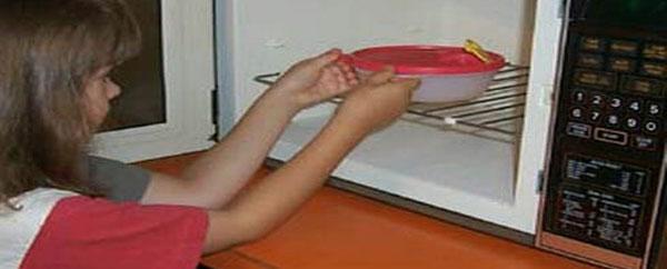 تسخين الغذاء بأوانٍ بلاستيكية مضر بالصحة