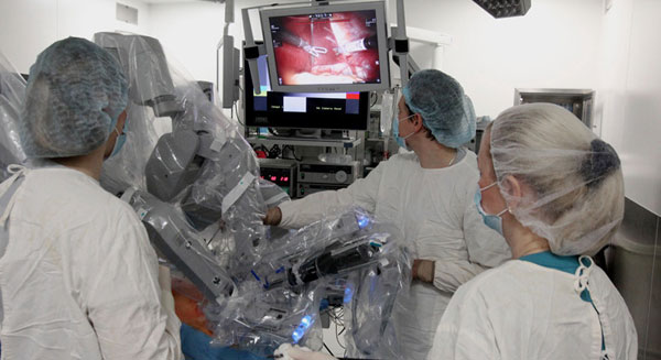 أول عملية روبوت جراحية