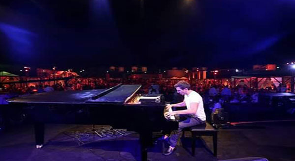 الفنان الأردني زيد ديراني من رواد فن العزف على آلة البيانو
