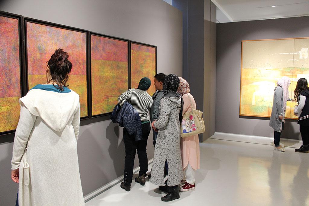"""رواد وحدة الفطرة يجوبون أروقة متحف محمد السادس للتعرف على """"المرحلة الثالثة من المسار التاريخي للفن التشكيلي بالمغرب"""""""